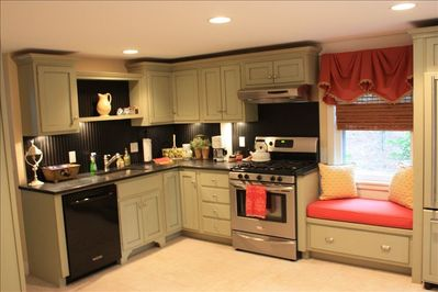 New immaculate kitchen w dishwasher and microwave.