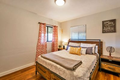 You can look forward to a good night sleep in this queen bed