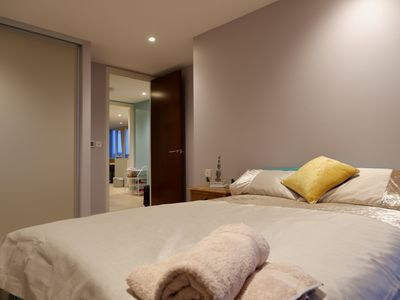 Photo for Premium 2-Bed flat in Putney with a balcony