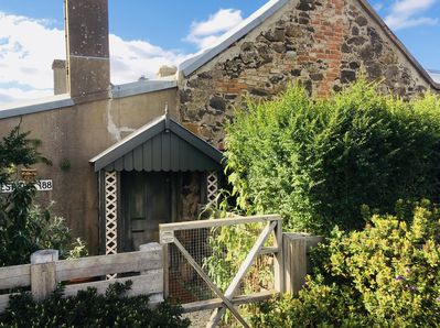 A self contained 1860's cottage with a private entrance & secluded garden  area - Ballan