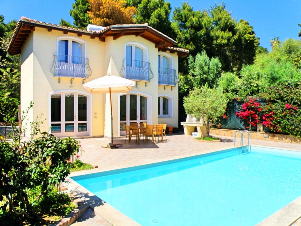 Detached villas with own pool and garden 30 homeaway for Villas in uk with swimming pool