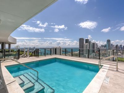 Photo for 2 Bed Penthouse Sleeps 6 in Edgewater