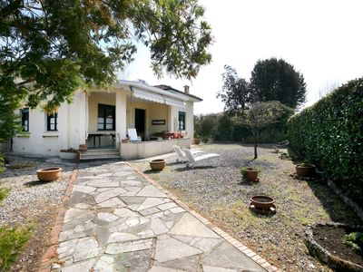 Photo for Cosy apartment in villa for 4 guests with WIFI, TV, balcony and parking, close to Viareggio
