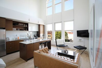 Entrance level - Living area - Netflix, cable TV, double row of windows