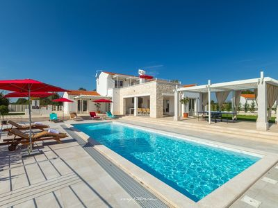 Photo for Luxury villa with covered heated pool near Pula