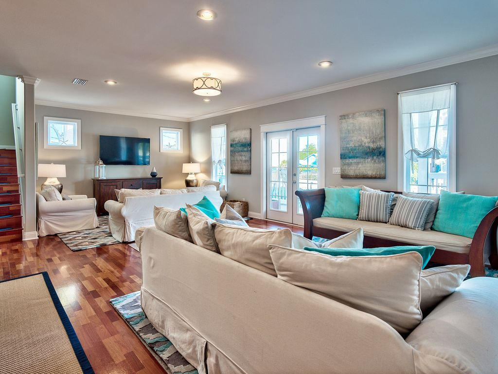 6 Bedroom 4 Bathroom Private Pool Courtyard And Carriage House Freshly Updated With A Modern Coastal Design