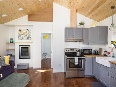 New with cozy Fireplace: Alberta Arts SilverStar cottage in Northeast Portland.
