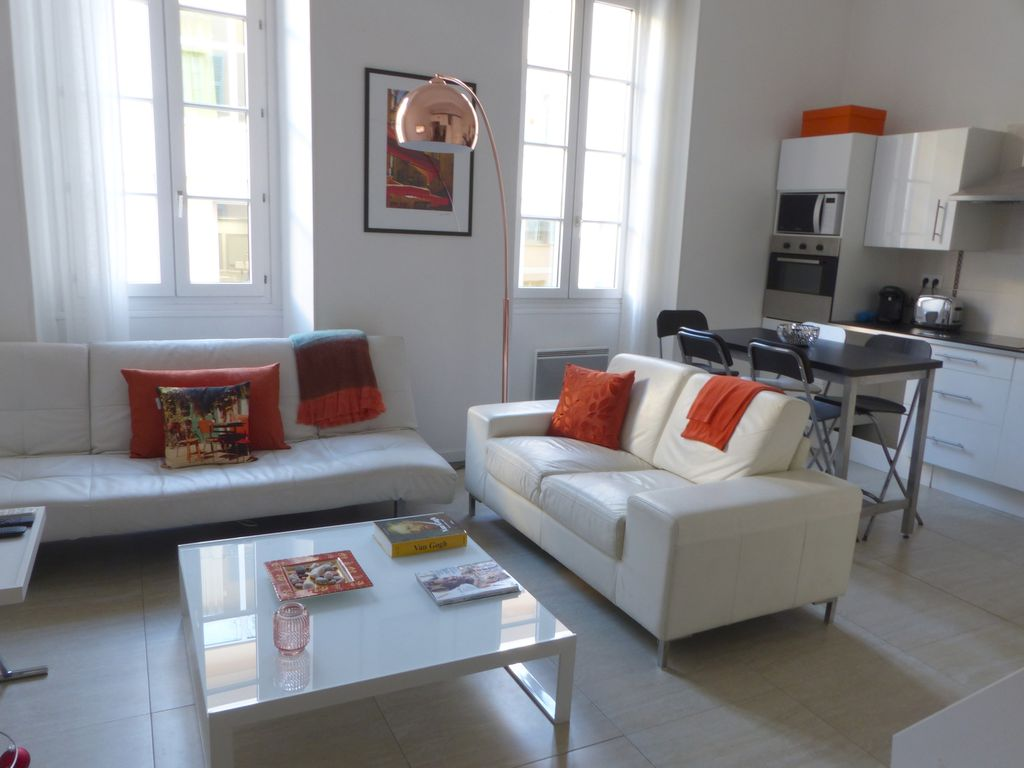 Sunny apartment in the heart of old town, a stroll away from the beach