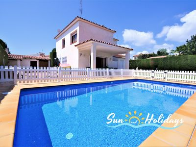 Photo for Cozy villa for 8 people with fenced pool 750m from the beach