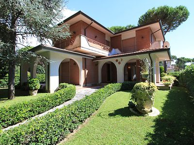 Photo for 5 bedroom Villa, sleeps 9 in Forte dei Marmi with Air Con and WiFi