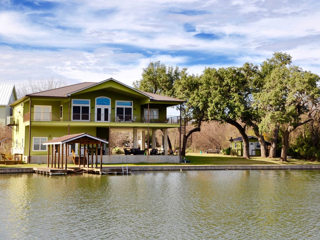 Gorgeous Lake Views, Huge Covered Patios, Waterfront on Quiet Cove, Boat  Lift - Kingsland