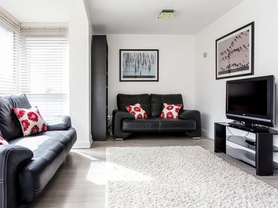 Photo for Smart 5 Bed with Parking & Garden / Canary Wharf