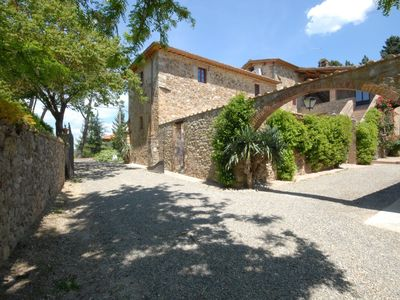 Photo for Apartment with pool, WIFI, TV, patio, washing machine, panoramic view, parking, close to Siena