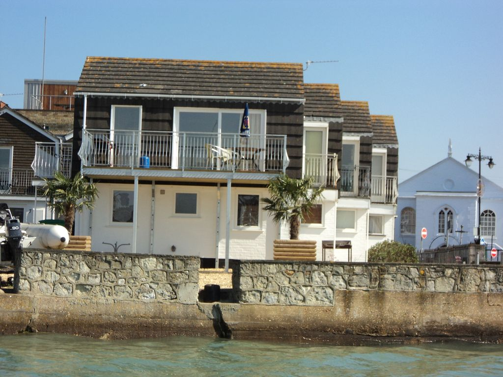 Waterfront cottage in east cowes sleeps 3 east cowes for Waterfront cottage