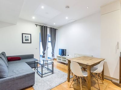 Photo for Greyhound 1 · Adorable 2 Bed Apartment Close To The River Thames