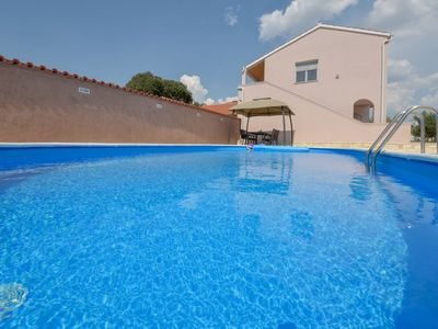 Photo for Beautiful apartment for 10 guests with WIFI, A/C, private pool, TV and parking