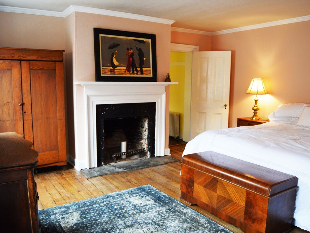 Spacious charlottesville 1830 39 s row house homeaway for Charlottesville cabin rentals hot tub