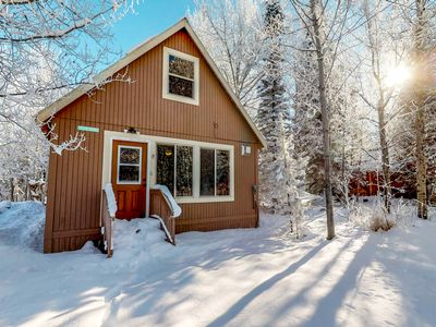 Photo for Comfortable & dog-friendly mountain retreat close to the lake and close to town!