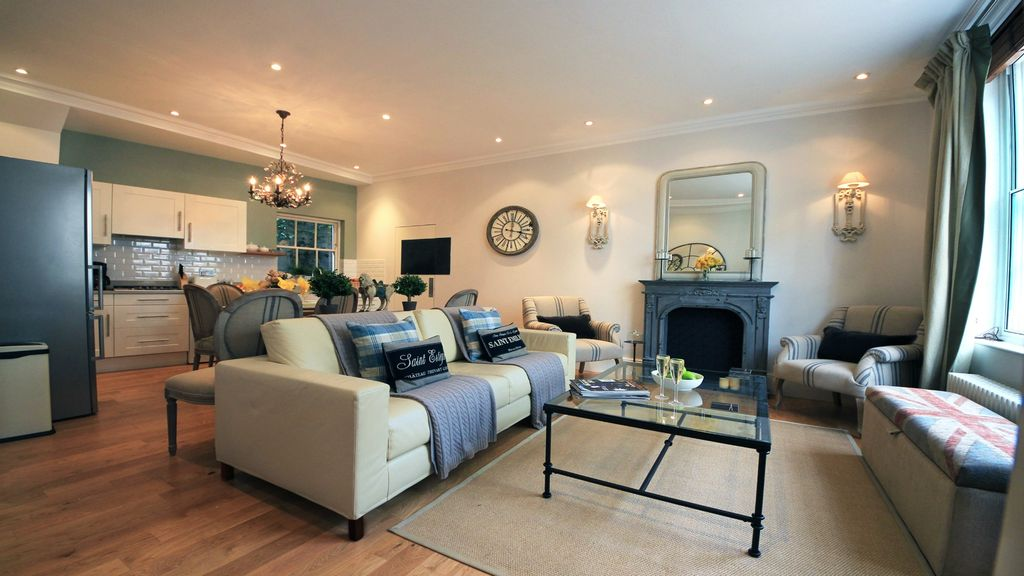 Perfect Stylish Mews Home For 8 Roof Terrace Free Wifi AC Heart Of Kensington Welcoming And Comfortable Living Room