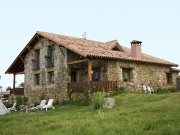 Cottage in the Sierra de Gredos. 3 double bedrooms with bathroom and tv.