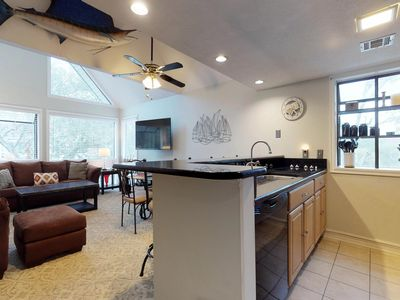 Photo for Cute condo with shared pools, hot tub, sauna & tennis courts, 1 block to ocean!