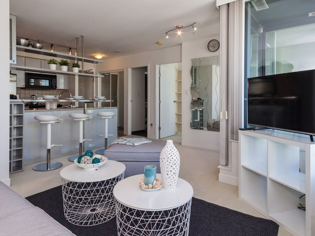 CHIC AND BRIGHT 1 BEDROOM APT IN YALETOWN - STEPS TO THE SEAWALL *PARKING*