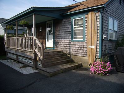 Enjoy your vacation in this adorable cottage Quiet neighborhood walk to beach.