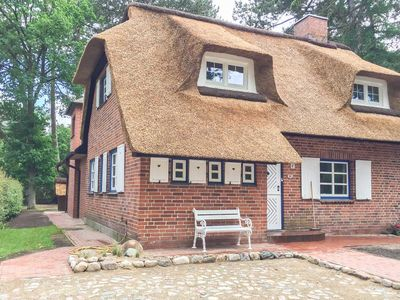 Photo for Charming cottage under thatch in a dream location just steps from the Baltic Sea, seasonal beach basket included, garden, WiFi, 4 bedrooms