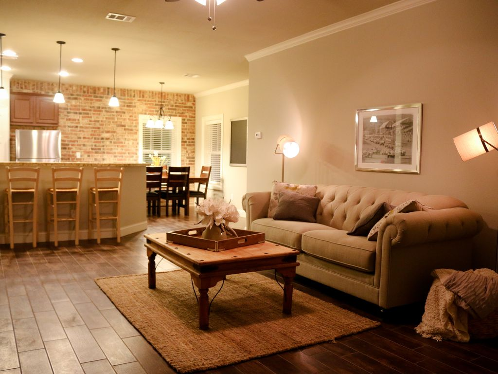 Texas A&M Game Day Condo! 3 minute walk to Kyle Field!!