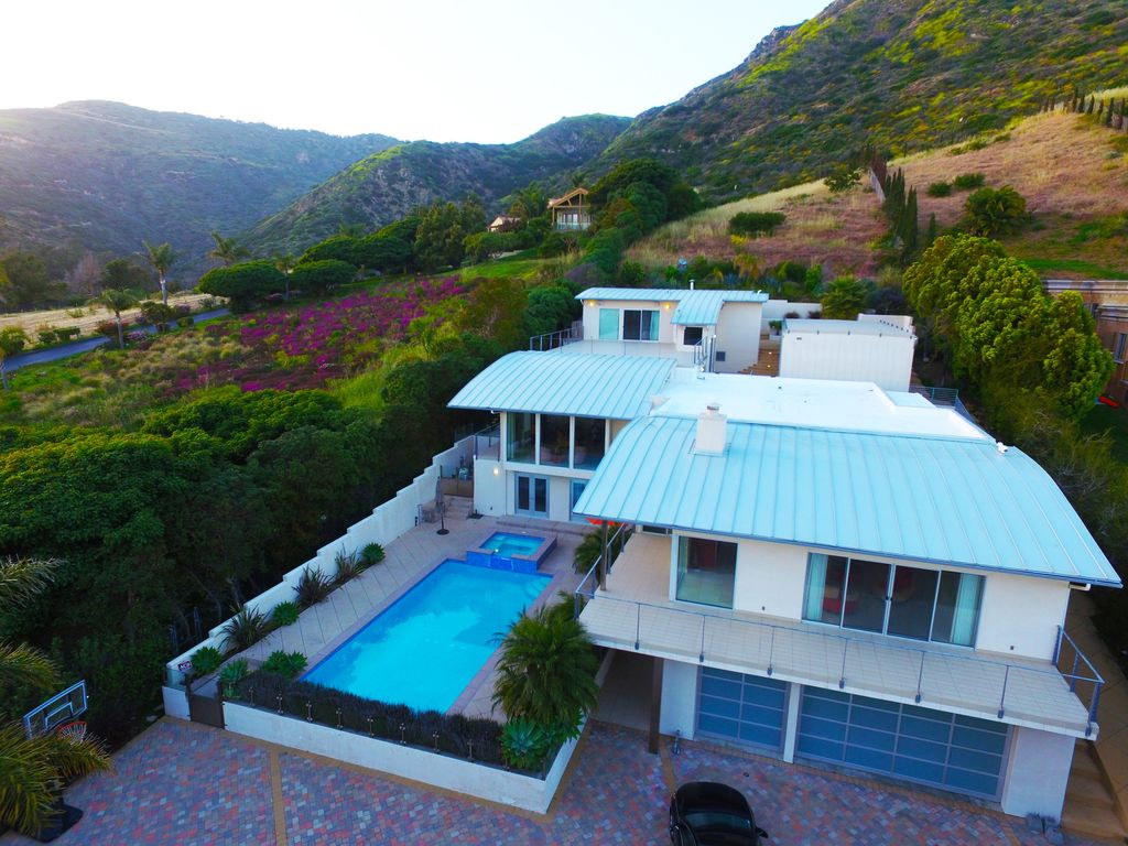 Modern, Serene, and Beautiful Mansion Jacuzzi, Pool, and Private ...