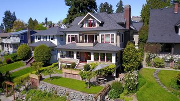 Classic Seattle Architecture On Green Lake