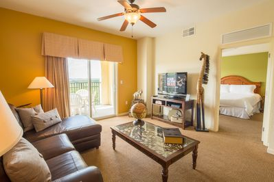 Spacious living room - large flat screen with Netflix & family friendly PS4