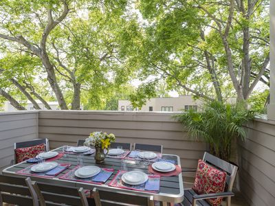 ★ Cozy Sanctuary with Courtyard Views and Treetop Deck ★ Two Car Garage ★