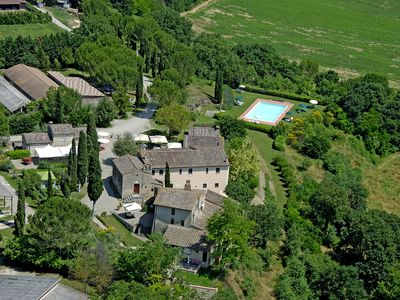 Photo for Cosy apartment with A/C, pool, WIFI, TV, patio, panoramic view and parking, close to San Gimignano