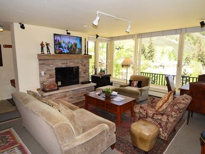 Photo for Deluxe 3 bedroom, great views on Aspen, 1.5 blocks to downtown Aspen. Dur6C