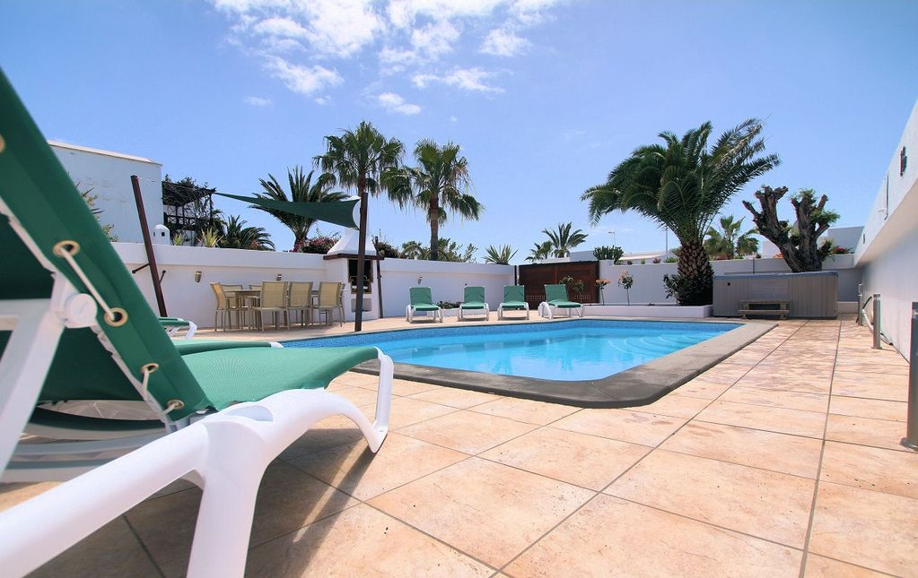 Tías Villa Rental   Large Heated Swimming Pool, Comfortable Sun Beds, Hot  Tub And