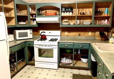 Fully stocked kitchen- bring your own food