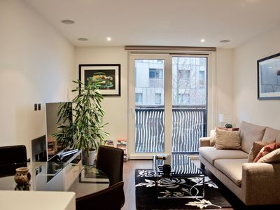 Photo for Spacious Chelsea apartment in Westminster with WiFi, integrated air conditioning, balcony & lift.
