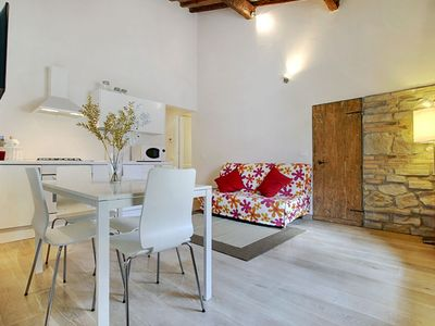 Photo for Ponte Vecchio apartment in Oltrarno with WiFi & integrated air conditioning (hot / cold).