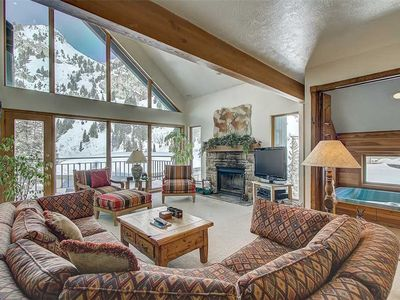 Stunning condo sleeping up to 10 people, 0.6 miles away from Alta!