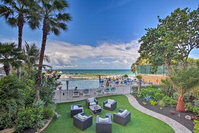 Escape to the shores of Fort Lauderdale and stay at this bright resort condo.