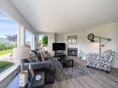 Photo for Chelan Escape at Park Pointe with Community Pool and Hot tub! D104, Walking distance to the Lake!