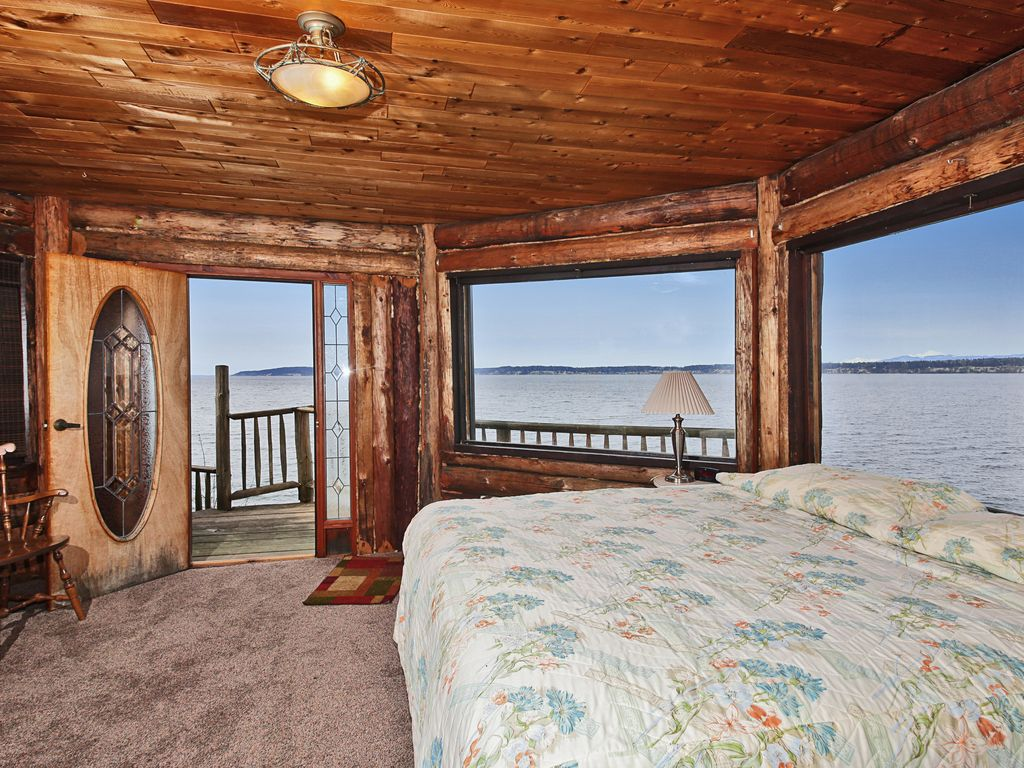 log castle on the beach, expansive sound/mountain view (new to