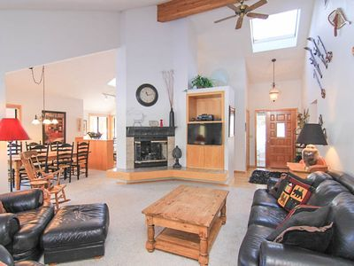 Photo for Cozy 3 Bedroom, 2 Bathroom Cabin w/Hot Tub, WiFi, & 8 SHARC Passes!
