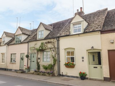 Photo for BUMBLE COTTAGE, family friendly in Winchcombe, Ref 958537