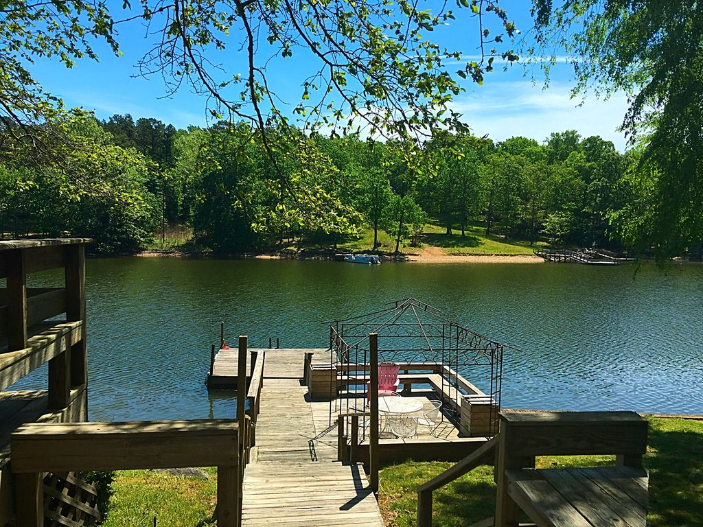 Adorable cabin on high rock lake book your summer for Table rock nc cabins