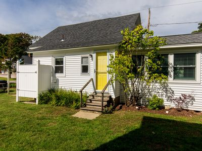 Dog-friendly cottage w/outdoor shower & sun room -1/4 mile to beach