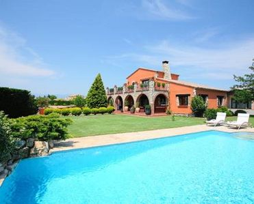 Photo for Beautiful house with garden and pool in the Golf of Peralada
