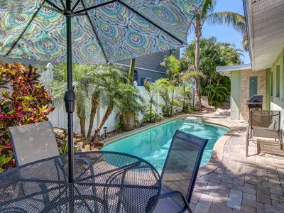 Photo for Conveniently located home w/shared pool - near beach, dining, shopping!