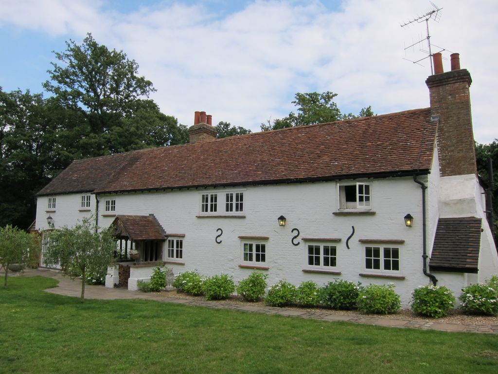 Beautiful English Cottage Beside The Wonderful Burhill Golf Course In Surrey